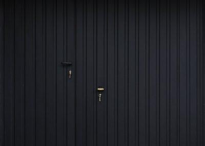 brama-garazowa-uchylna-matowa-czern-panel-pionowy