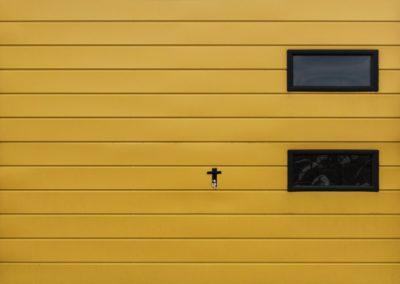 brama-garazowa-zolta-uchylna-drzwi-okna-4